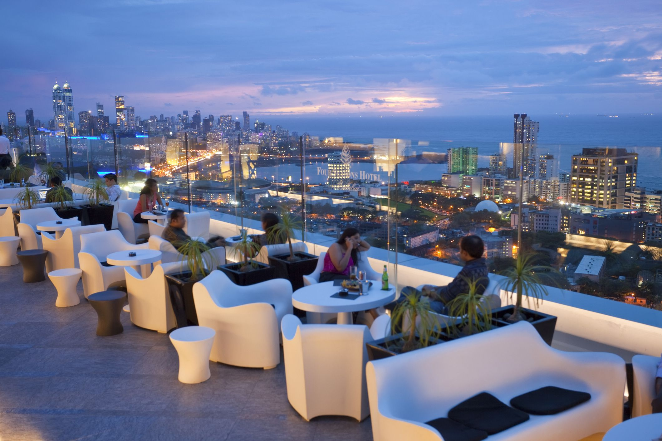 8 Top Mumbai Bars With The Best Atmosphere