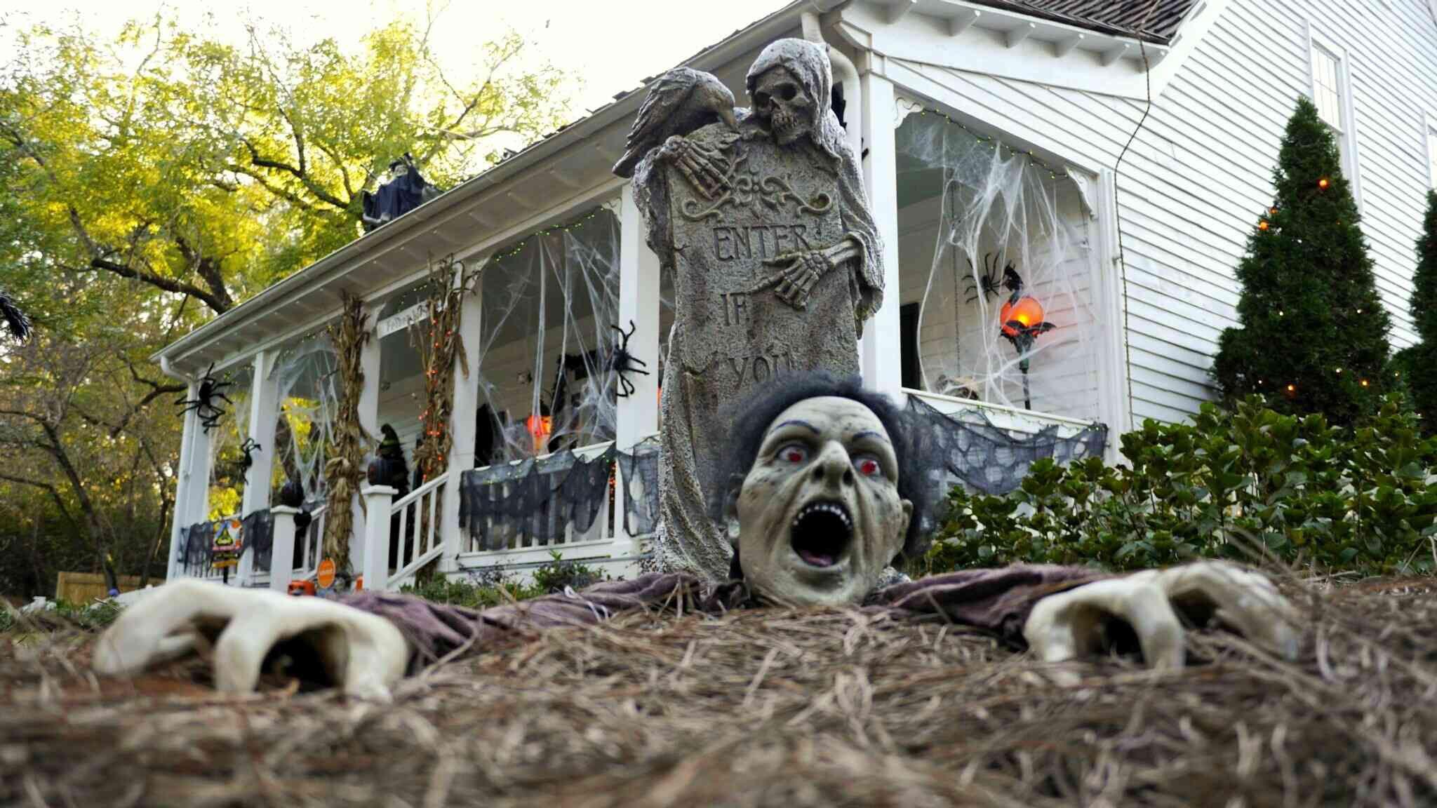 make flying ghosts for outdoor halloween displays