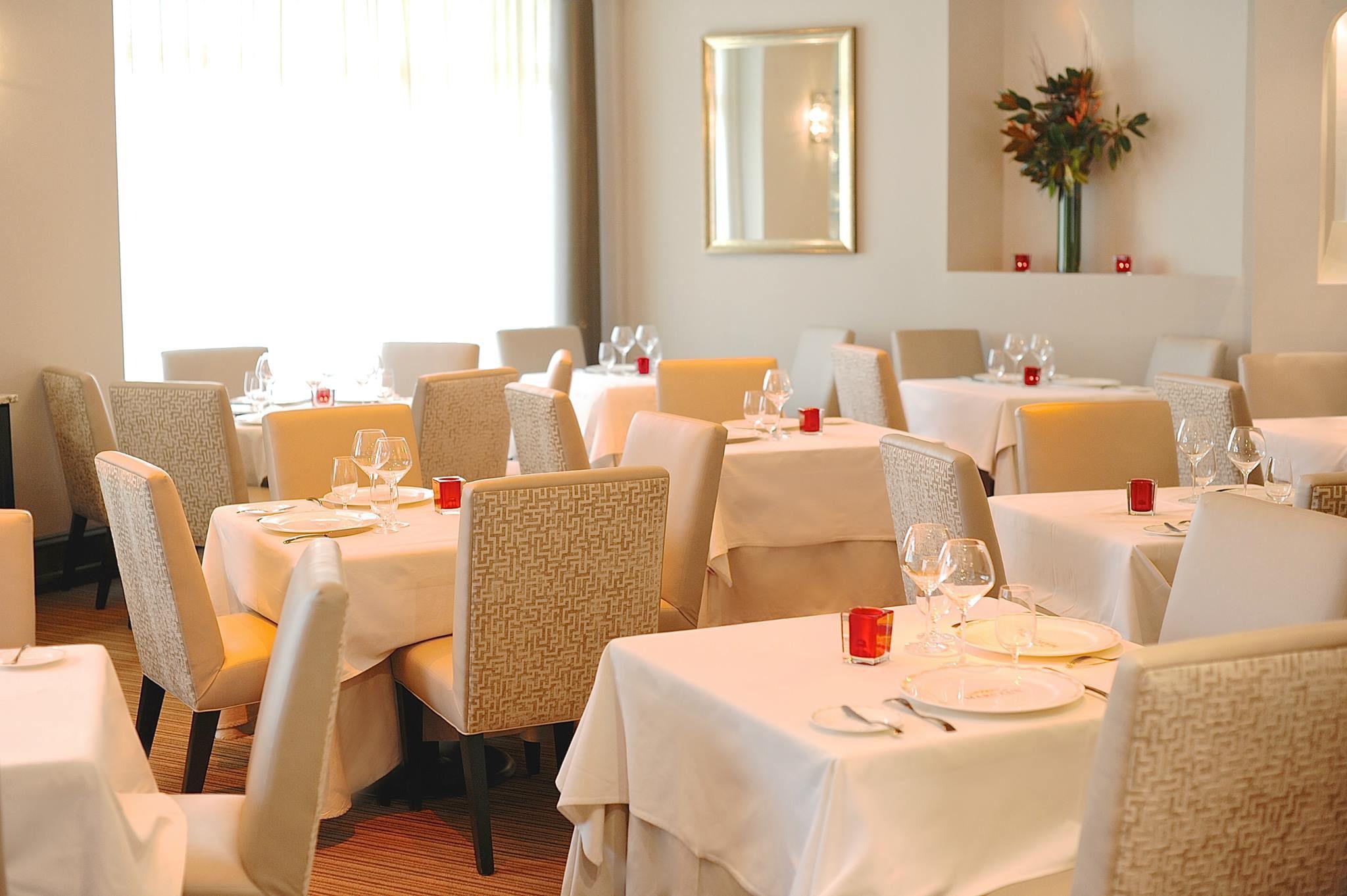Modern restaurant table setting - Formal Table Settings In A Restaurant