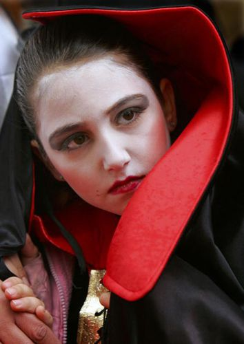Vampire costume ideas that dont suck vampire costume paula bronstein getty images solutioingenieria Choice Image