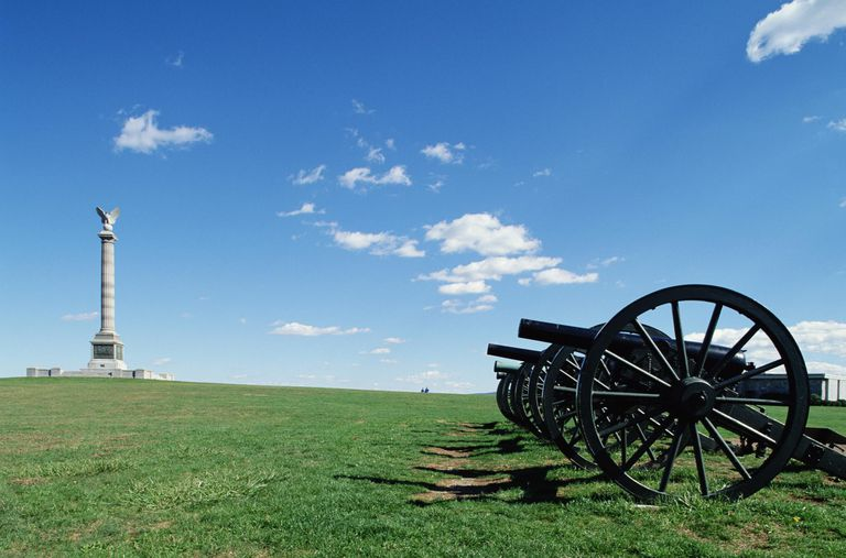 USA, Maryland, Antietam National Battlefield, cannons near monument