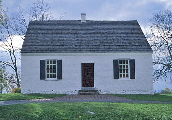 Simple design Cape Code style, one-story with a single chimney in the center. The New England Colonial style was re-invented in the 20th century.