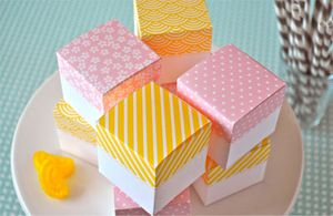 Yellow and pink favor boxes.