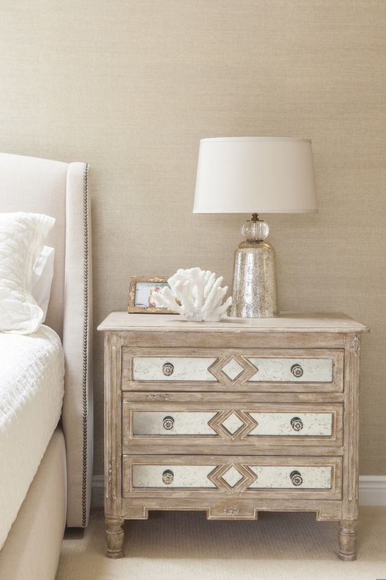 4 basic rules for decorating with bedside tables for Bedside decoration