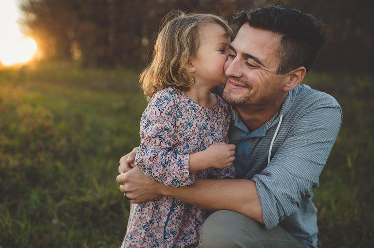 Niña besa a papá