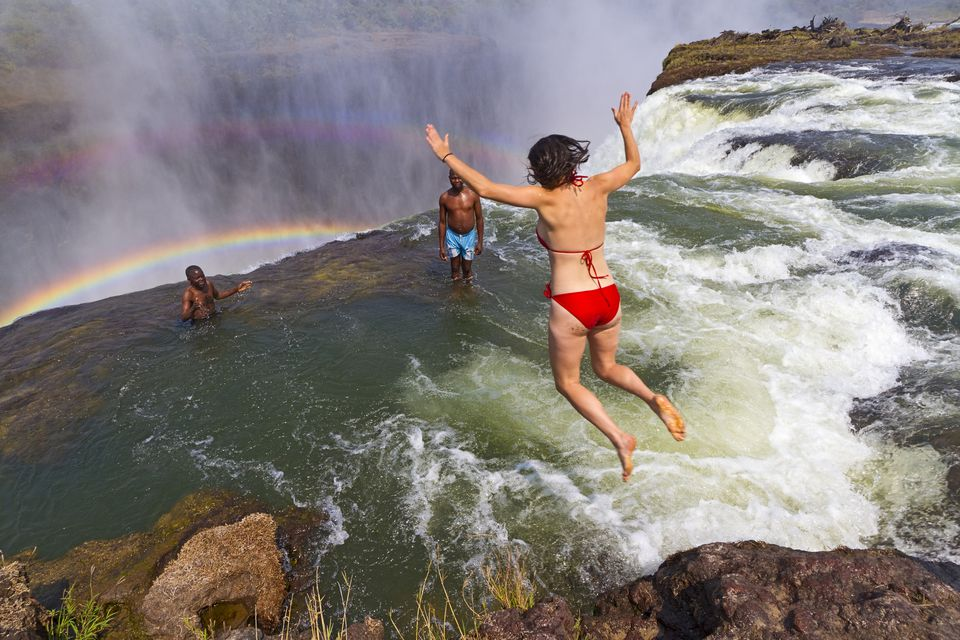 Living on the edge swimming at devil 39 s pool victoria falls for Chutes victoria piscine du diable