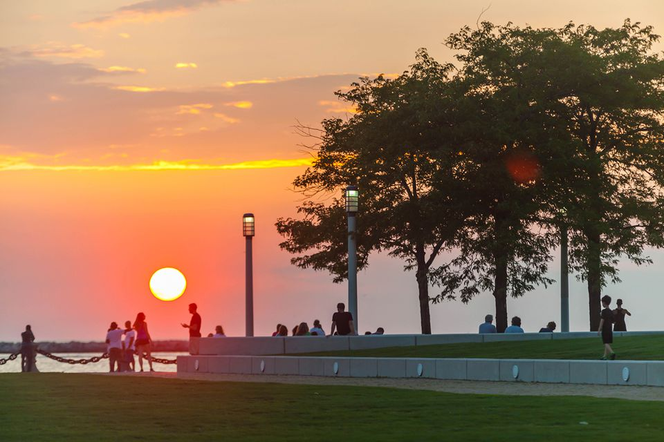 USA, Ohio, Cleveland, Lake front park at sunset