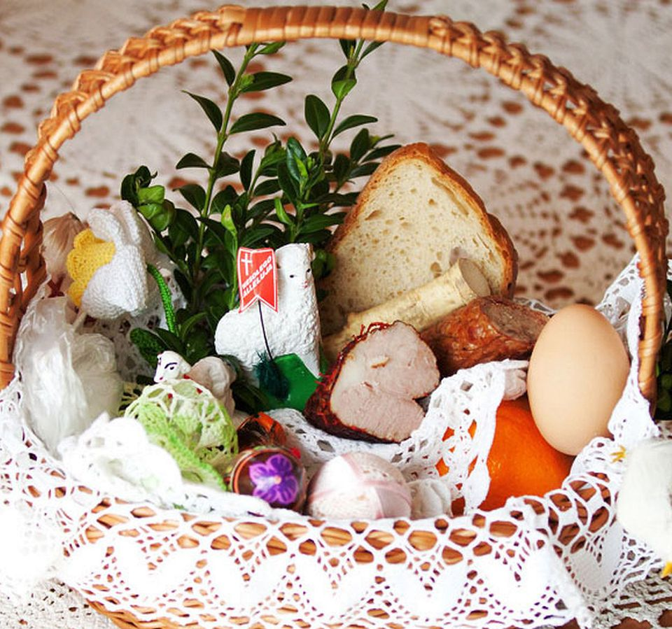 Blessing of the easter baskets on holy saturday polish easter basket negle Choice Image