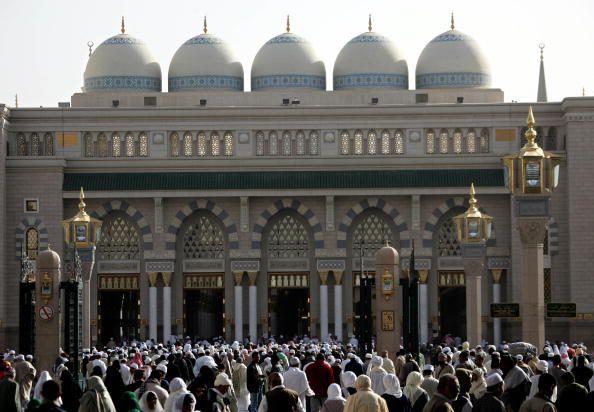 Pilgrims Arrive at Medina Mosque to Begin Pilgrimage to Mecca