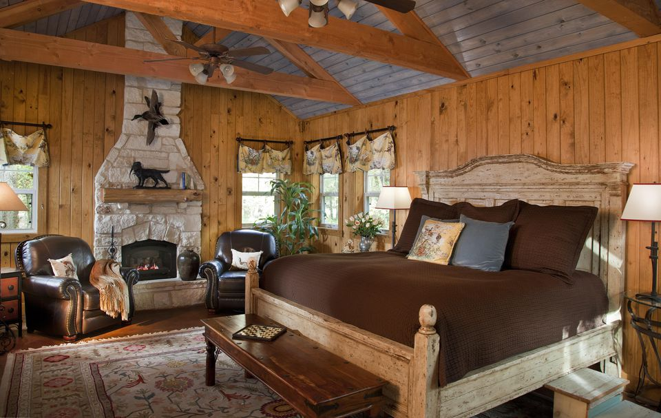 Rustic lodge bedroom. Photos and Tips on Decorating in Rustic Style