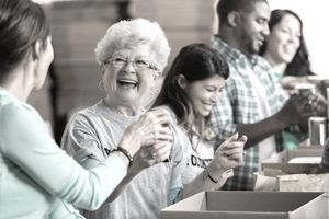 15 unexpected benefits of volunteering happy people volunteerinng at food bank solutioingenieria Image collections