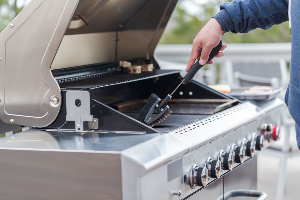 Cleaning outdoor gas grill