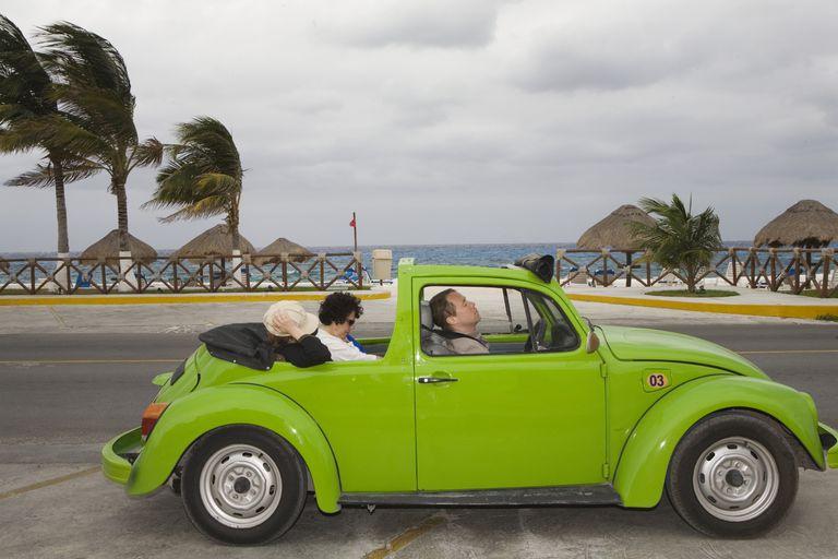 Auto mexicano por la costa de Estados Unidos.