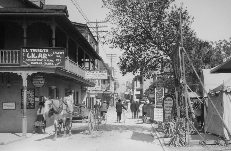 Horses and wagons on New Orleans Street in 1900