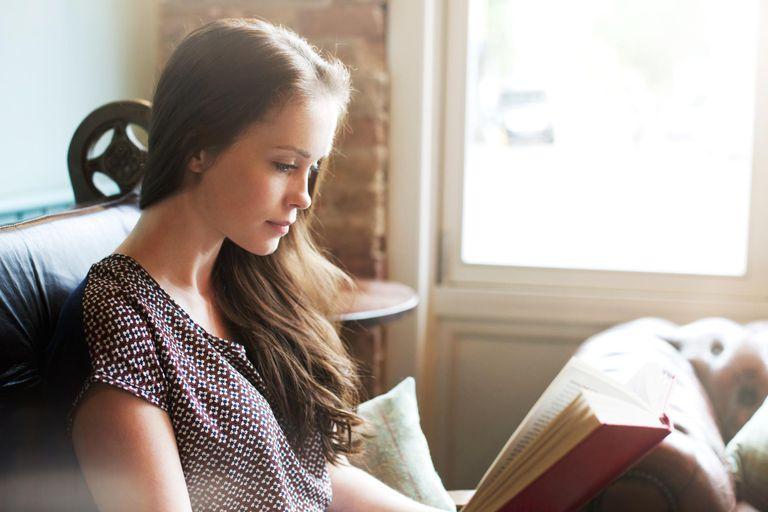 Αποτέλεσμα εικόνας για pretty actress reading a book