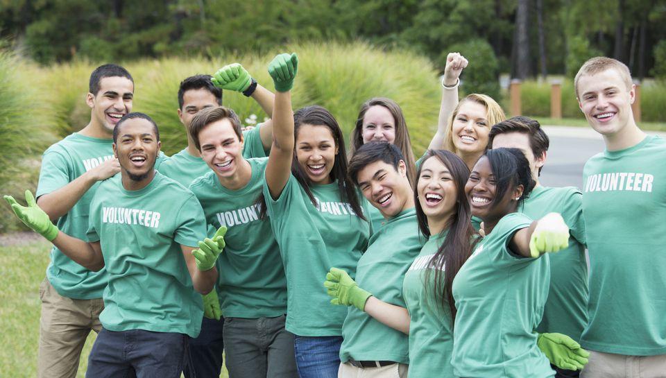 college students volunteering