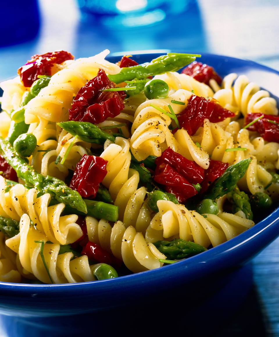 Fusilli with asparagus, sun-dried tomatoes, peas and chives
