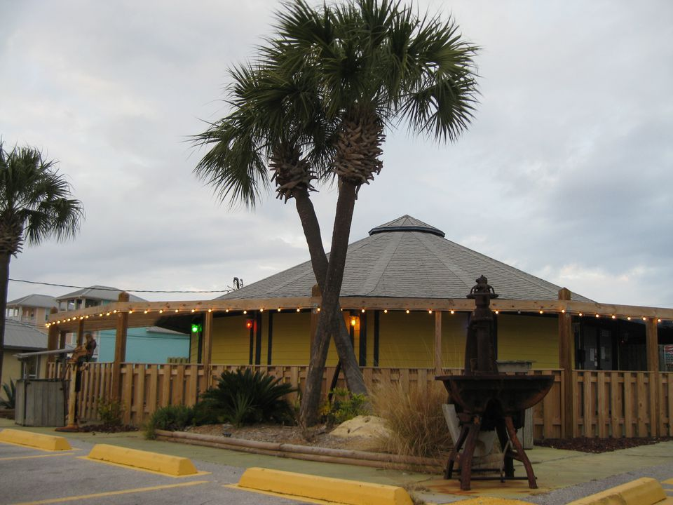 Beach-goers in these parts frequently wind up at the breezy, friendly, and fun Splash Bar, in Panama City Beach