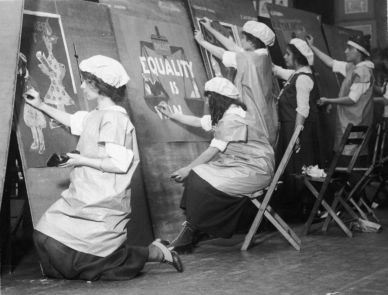 Un grupo de escolares participan en un concurso de diseño de carteles sobre el sufragio femenino.