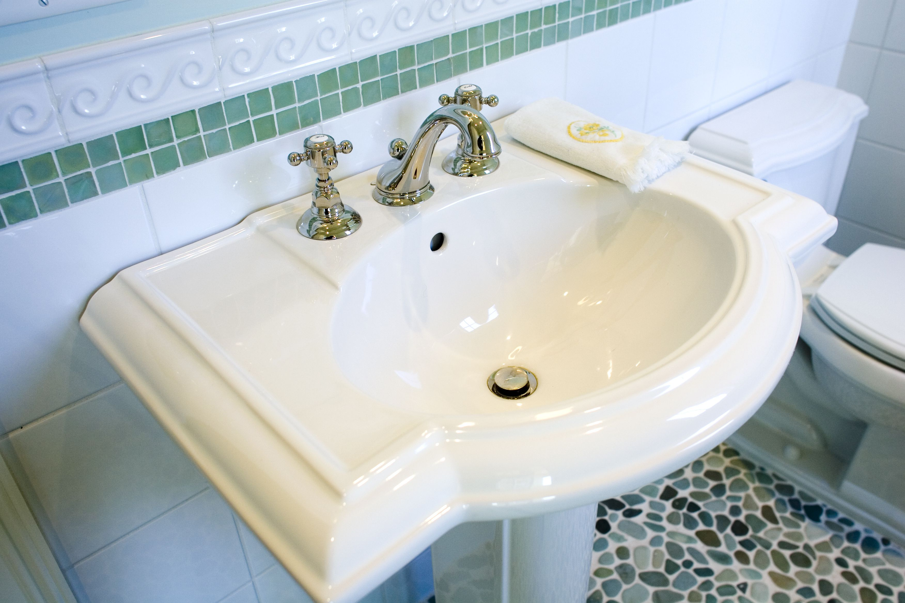 Things to consider when buying a pedestal sink for How much to install a bathroom vanity and sink
