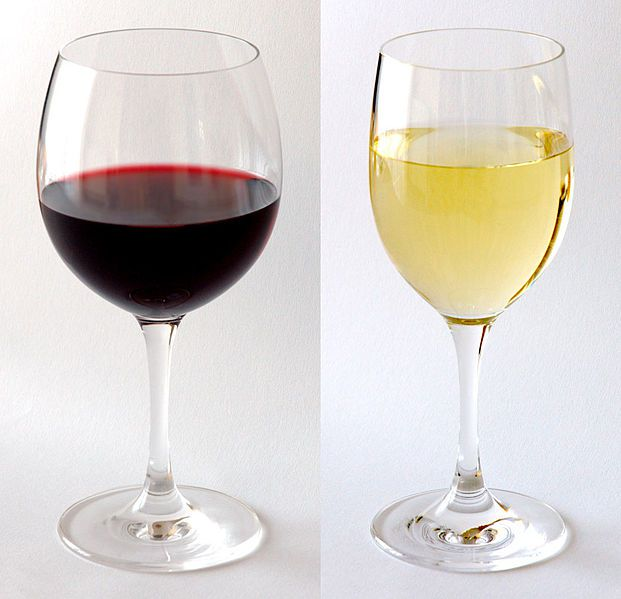 621px-Red_and_white_wine_in_glass_c_Andre-Karwath-at-Wikimedia-Commons.jpg