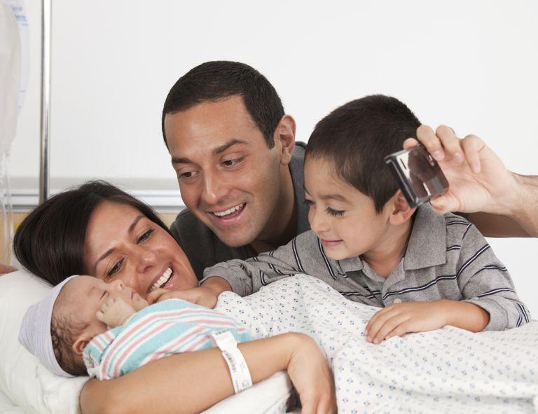 familia latina en el hospital