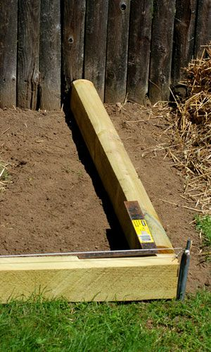 Install landscape timber edging in simple steps for Best way to lay out a garden