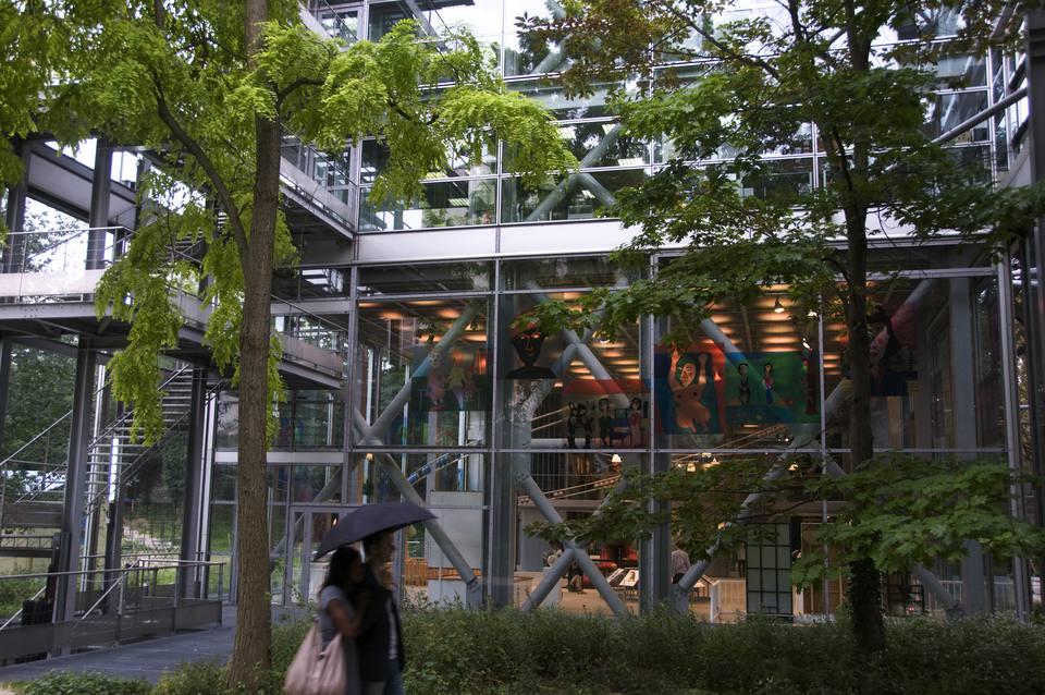 The verdant exterior of the Fondation Cartier.