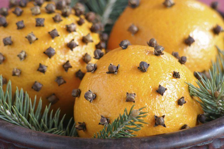 Aromatizante natural de poma con naranja y clavo.