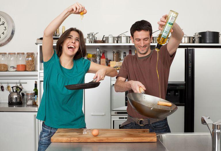 pareja cocinando feliz