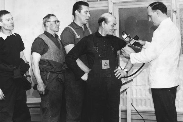 Men receiving flu vaccine in 1968