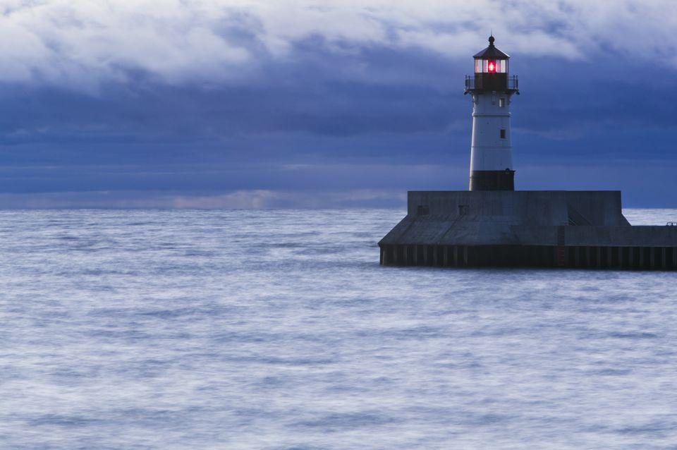 USA, Minnesota, Duluth, shipping channel lighthouse
