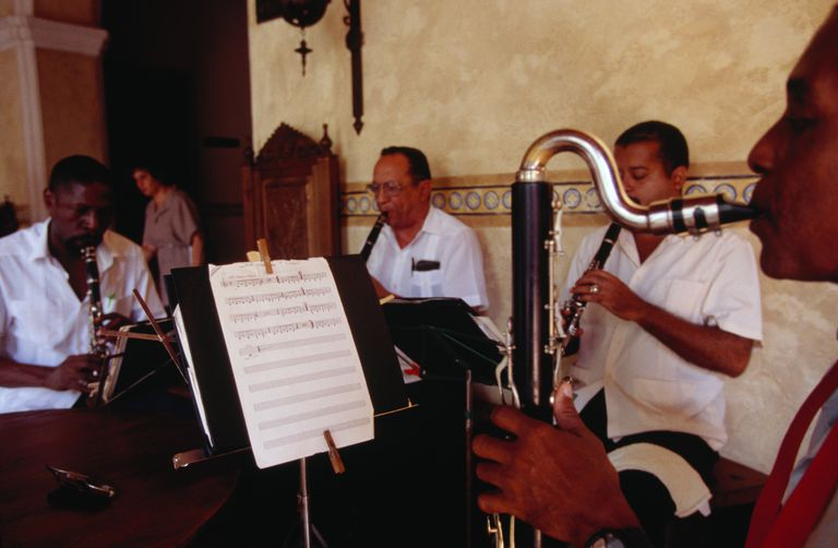 Musicians playing bass clarinet and clarinet in Hostal Los Frailes, Old Havana.