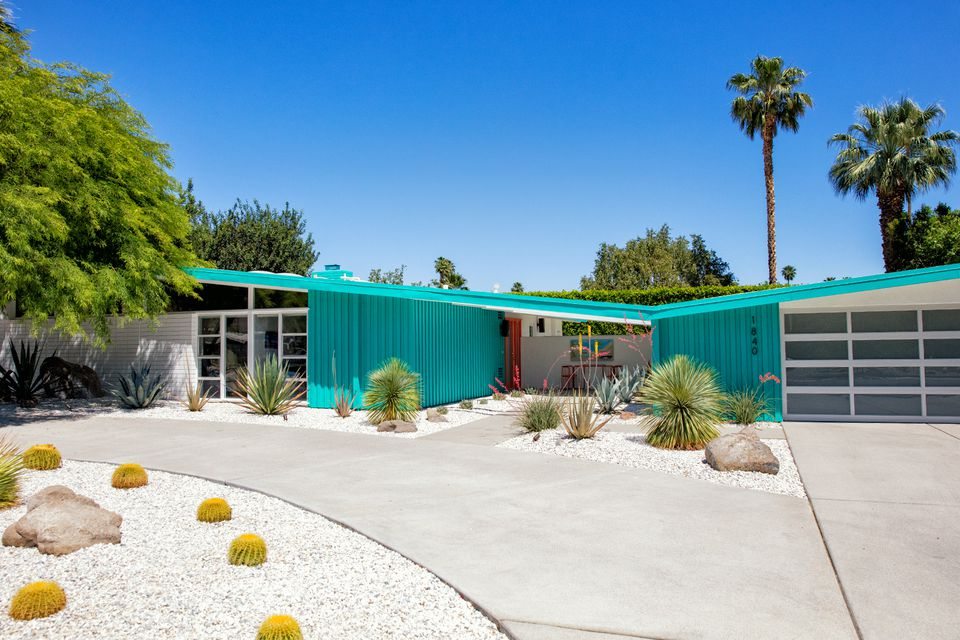 The mid century modern style in palm springs for New modern homes palm springs