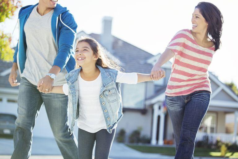 Familia hispana conformada por padre, madre y niña.