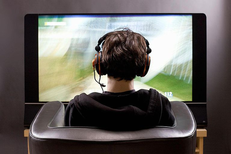 video_game_player_106748964.jpg