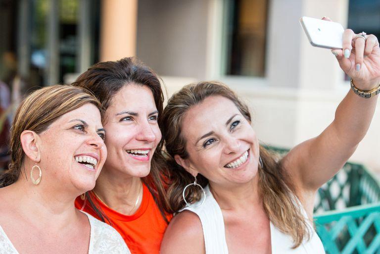 3 friends taking a selfie