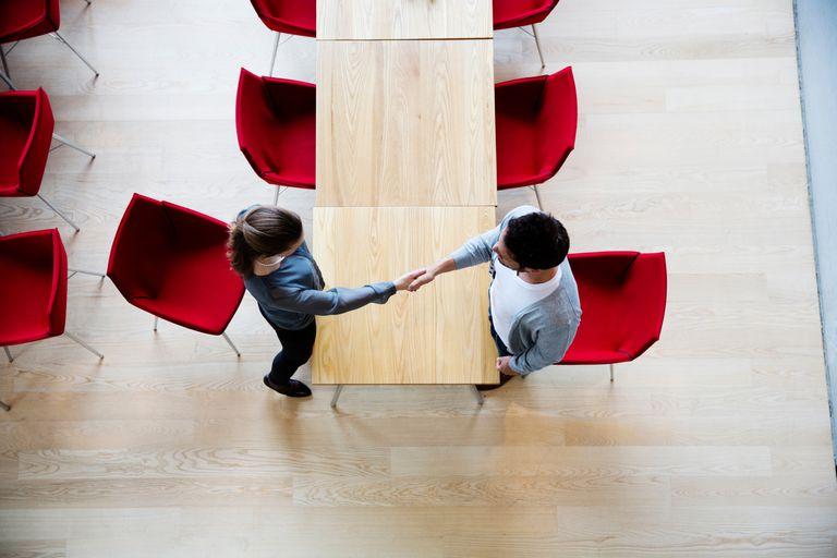 Dos personas dándose la mano para hacer un negocio