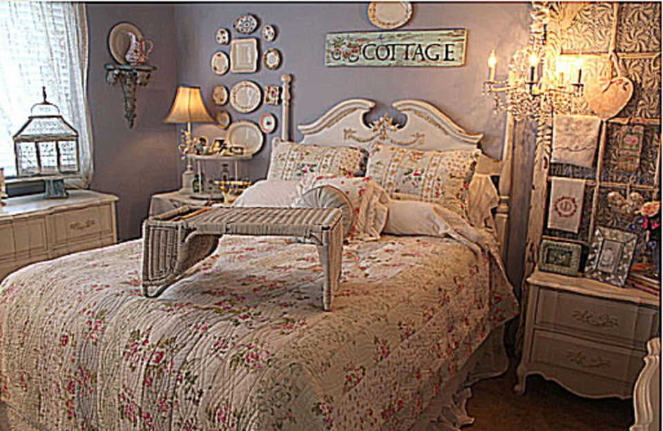 Romantic cottage bedroom. What is the Romantic Decorating Style