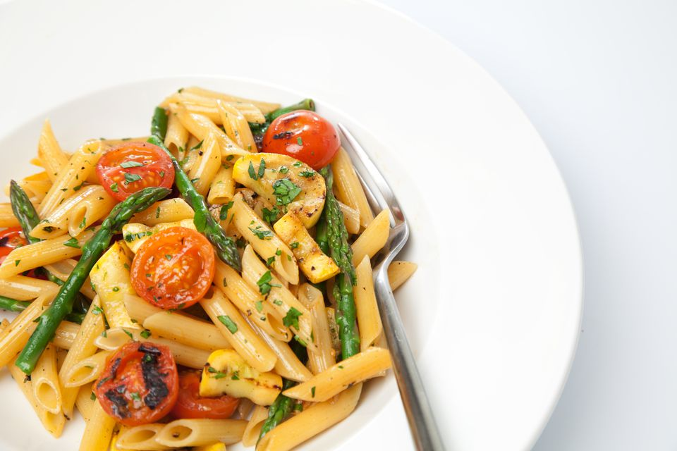 Penne pasta with asparagus, tomatoes and pancetta