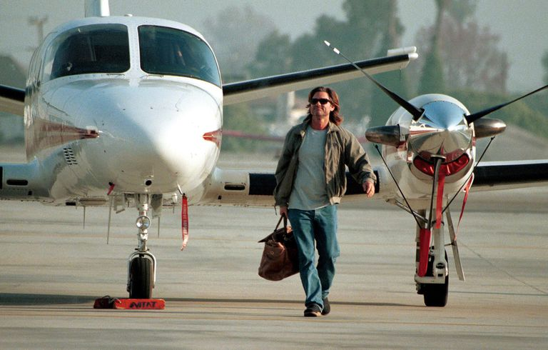 Kurt Russel in front of airplane