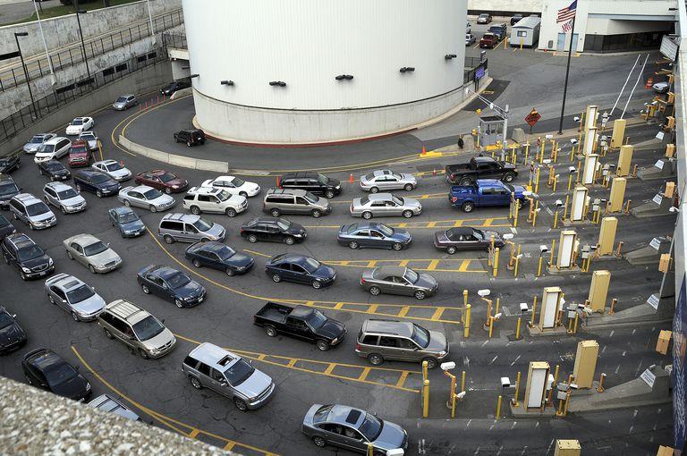 Autos cruzando frontera entre Estados Unidos y Canadá