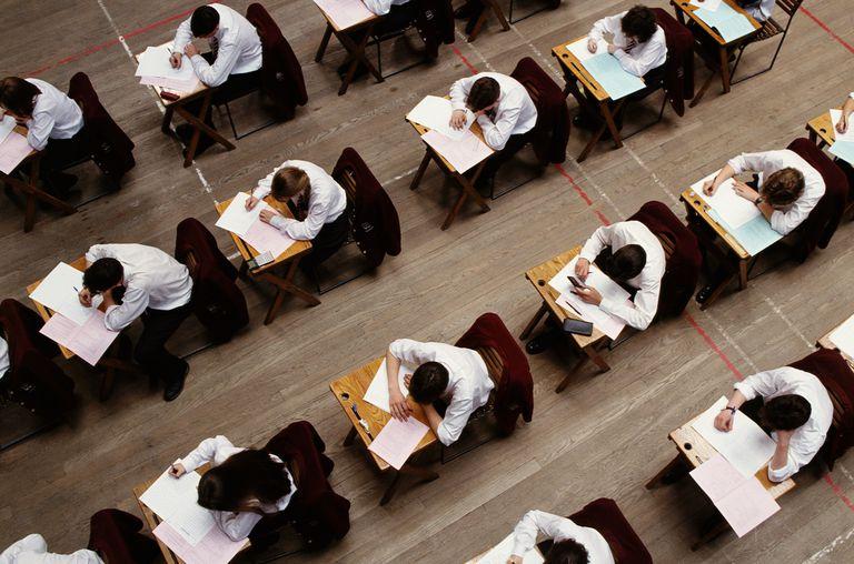 Estudiantes tomando exámenes