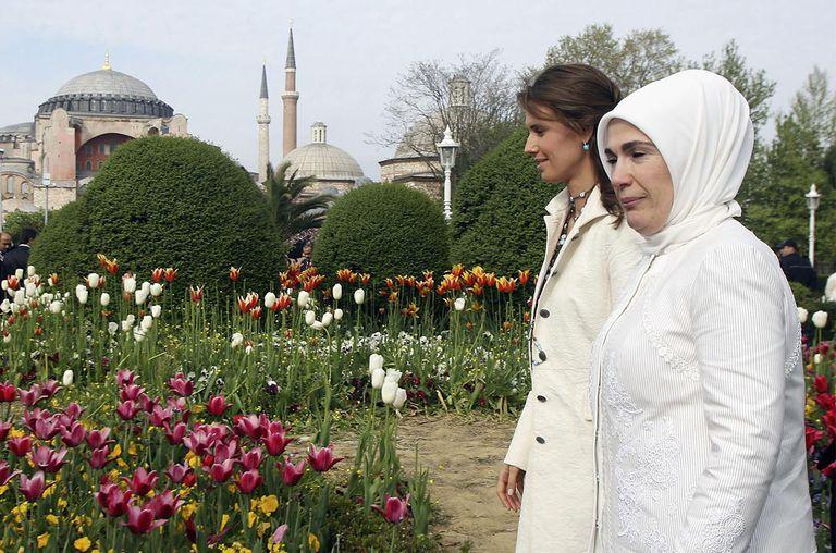 Asma al-Assad (L), wife of Syrian President Bashar al-Assad, and Emine Erdogan (R) wife of Turkey's Prime Minister Recep Tayyip Erdogan visit the Sultan Ahmed Mosque.