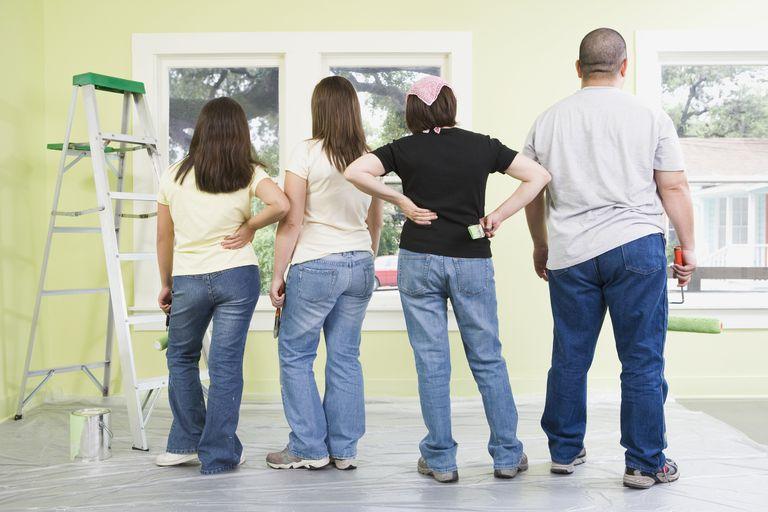 Familia admirando habitación recién pintada
