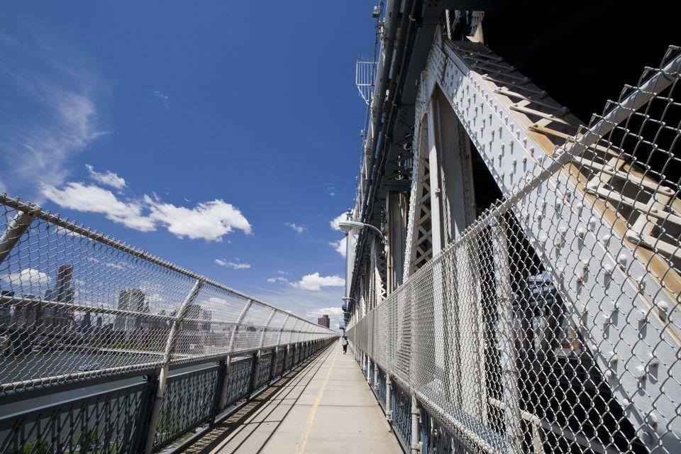 Walking manhattan bridge