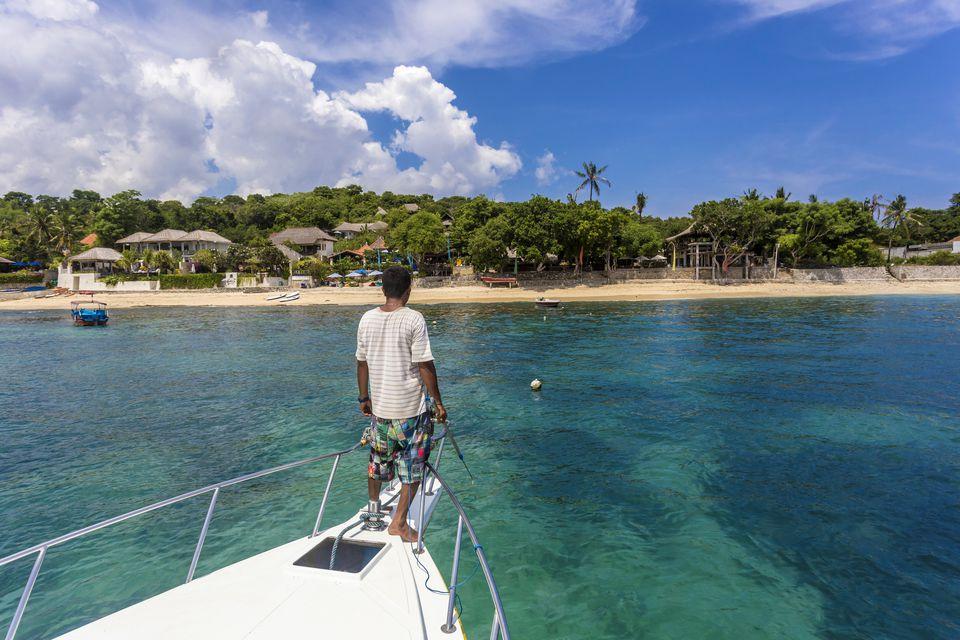 Boat to Nusa Lembongan arriving at beach