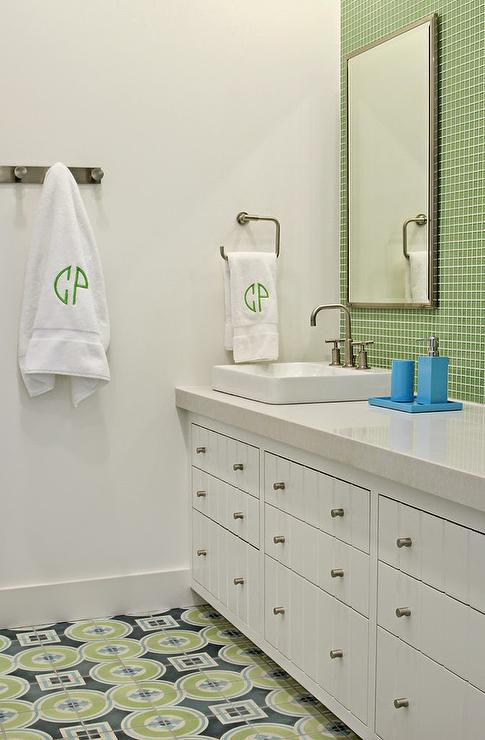 12 gorgeous green bathrooms for Blue and green bathroom decor