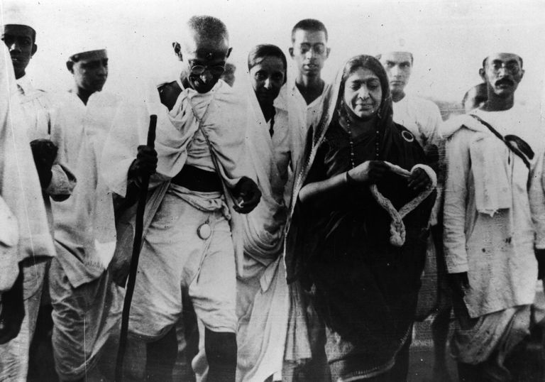 mahatma gandhi and the salt march essay In 1930 in order to help free india from british control, mahatma gandhi proposed a non-violent march protesting the british salt tax, continuing gandhi's pleas for civil disobedience.