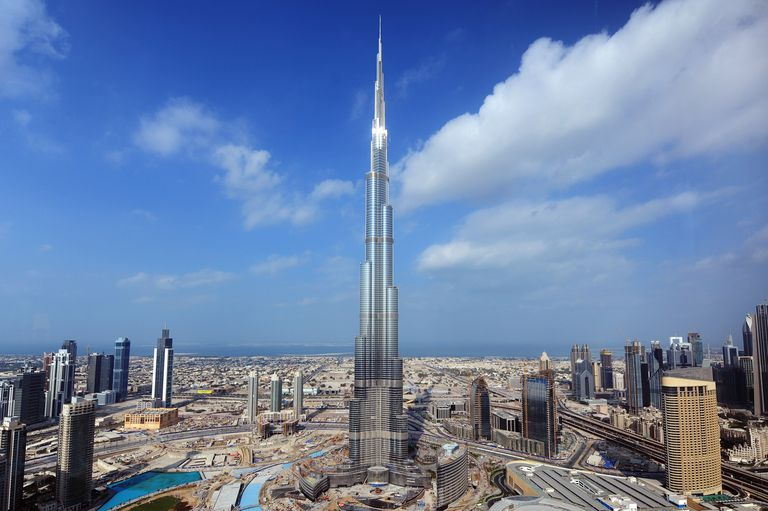 The tallest building in the world looks like a needle rising from harbors in Dubai